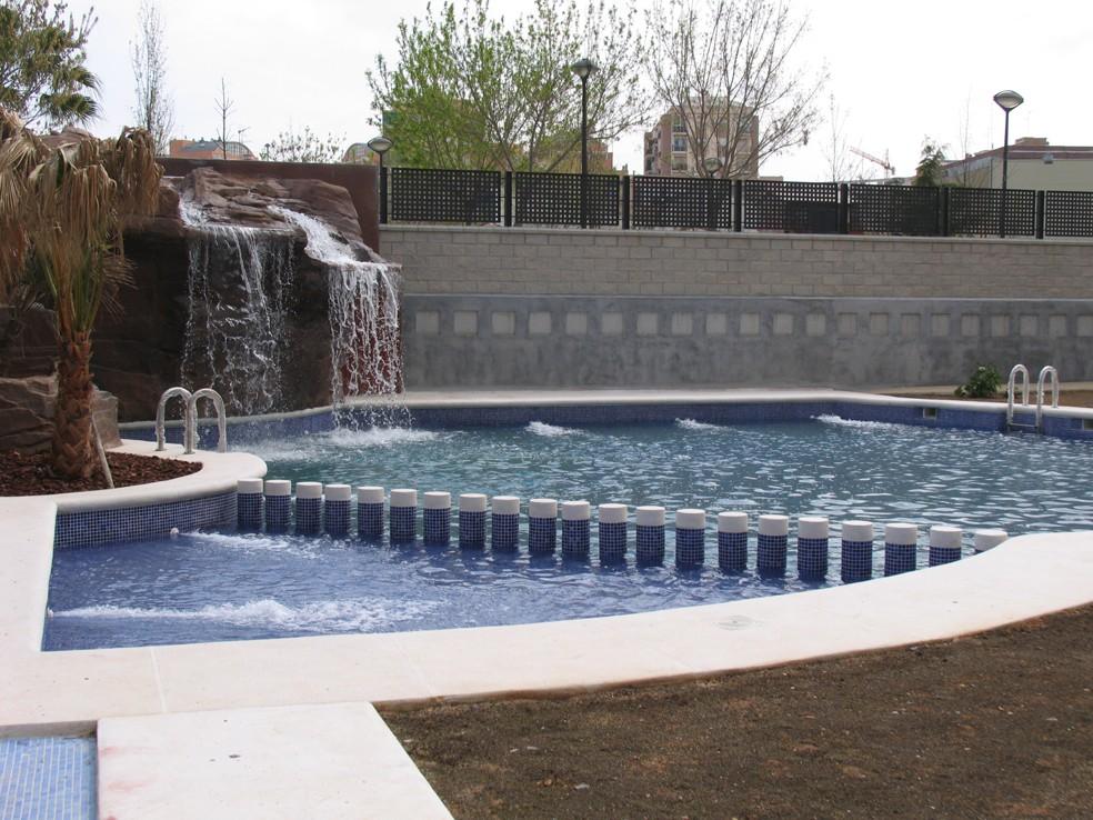 Coronas de piscinas coronaciones de terrazas piscinas for Polvo en la piscina