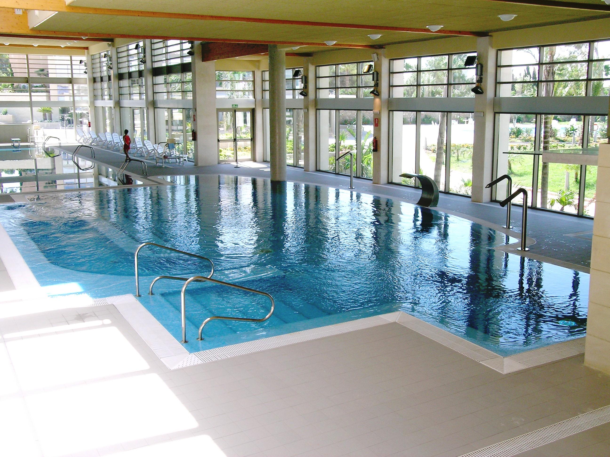 Fotos de piscinas grandes durante la temporada de verano for Piscinas publicas valencia
